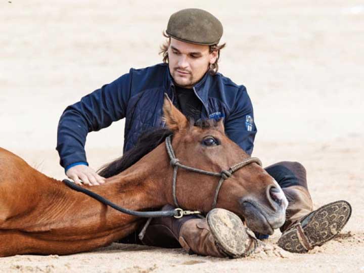 Pferdetrainer Dennis mit seinem Pferd