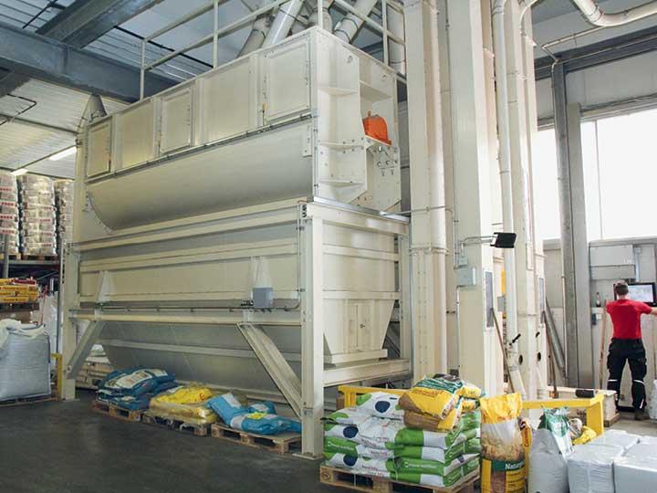 Der Mischer ist eine große Maschine, die bis unter die Decke der Produktionshalle reicht.