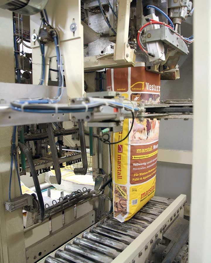 Als letzter Produktionsschritt kommt das Müsli in den Sack.